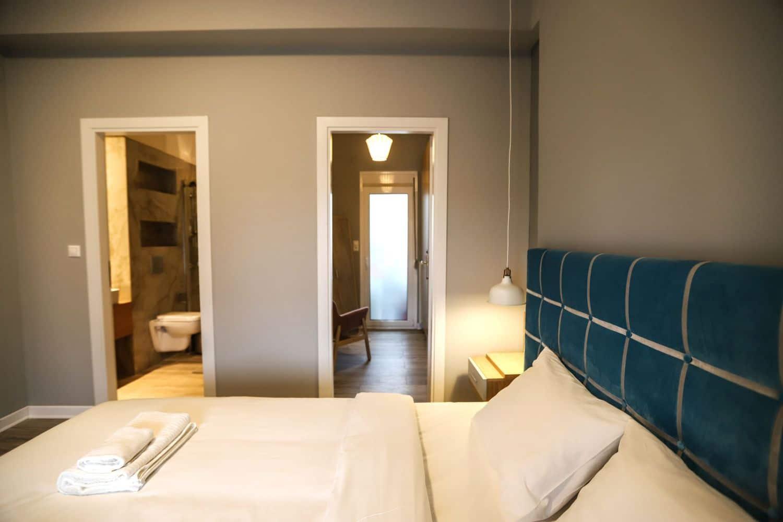 1ο Υπνοδωμάτιο με King Size κρεβάτι, μπάνιο και ντουλάπα