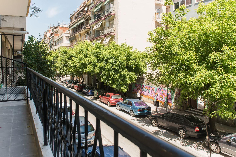 Μπαλκόνι και θέα σε ήσυχη οδό