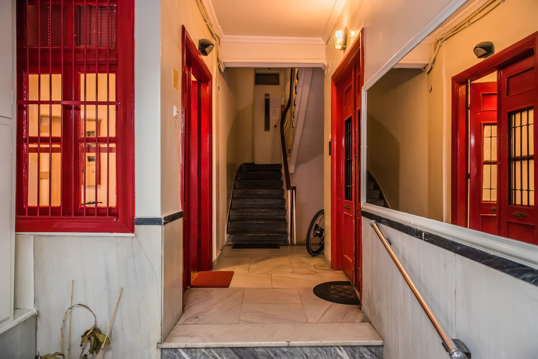 Εξώπορτα και διάδρομος