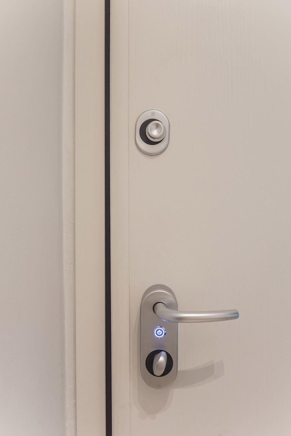 Apartment entrance with automatic lock