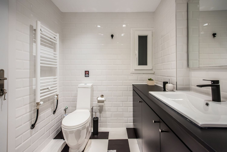 Ευρύχωρο μπάνιο με ντους
