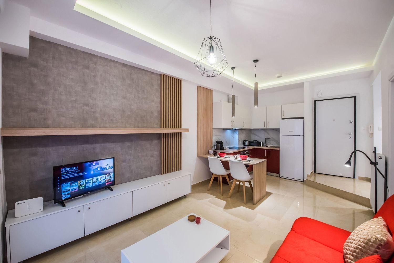 Σαλόνι με καναπέ-κρεβάτι και τηλεόραση NETFLIX