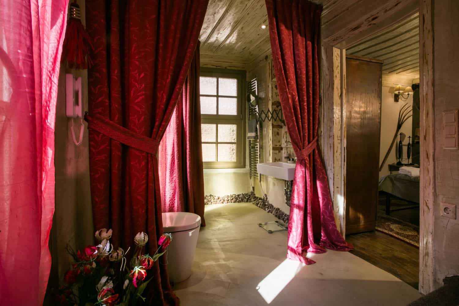 #Grande: Bathroom 1 with Shower and WC