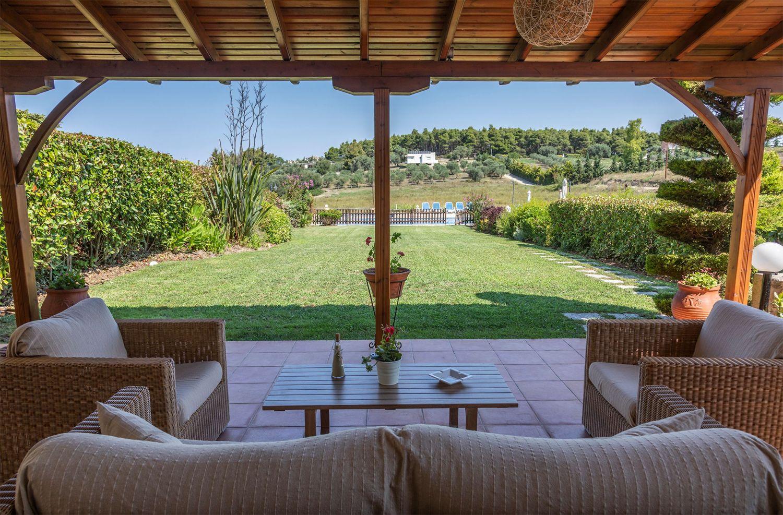 Υπαίθριος χώρος, θέα στον κήπο και στην πισίνα