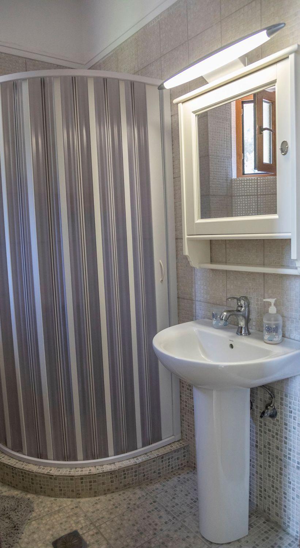 3ο Μπάνιο με ντους και WC