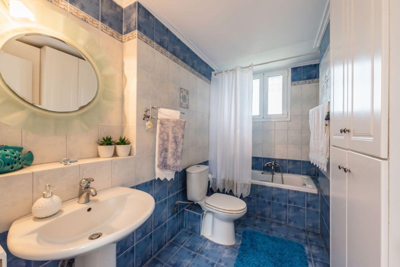 1ο μπάνιο με μπανιέρα και WC