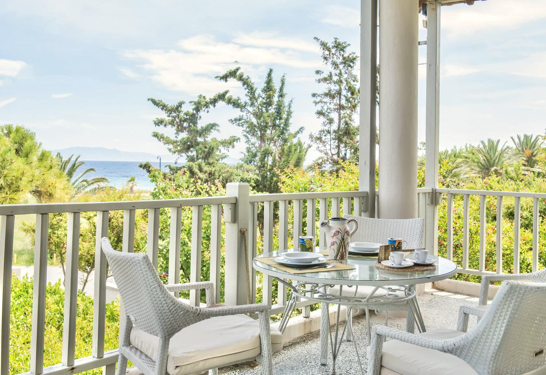Καθιστικό στο μπαλκόνι και θέα στη θάλασσα