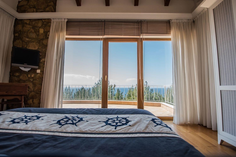 1o Υπνοδωμάτιο με 1 King κρεβάτι και θέα