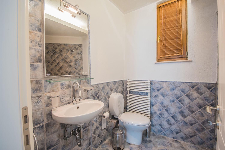 3ο μπάνιο με ντους και τουαλέτα