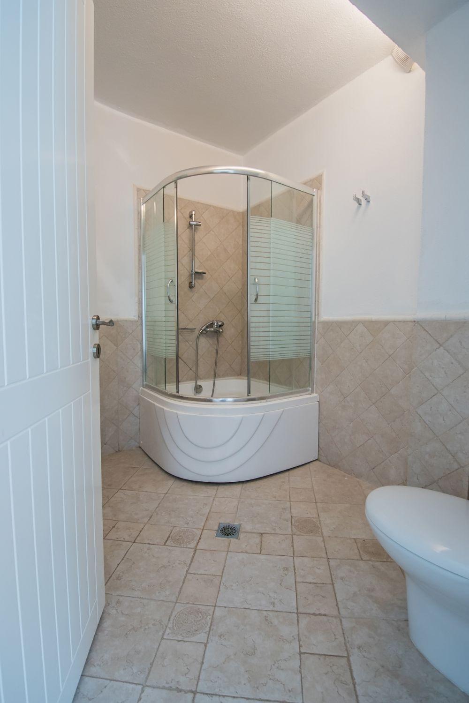 5ο μπάνιο με ντους και τουαλέτα