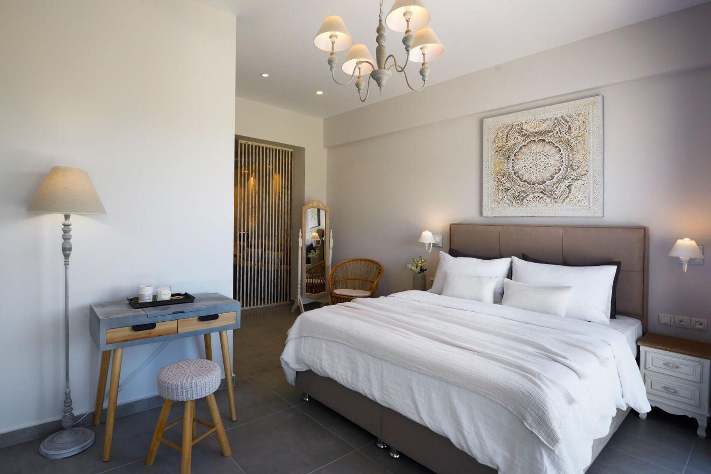 Bedroom with 1 Queen size bed and en suite Bathroom