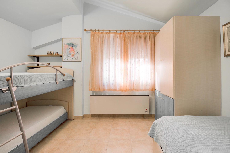 Υπνοδωμάτιο 2 με 2 μονά κρεβάτια και 1 κουκέτα