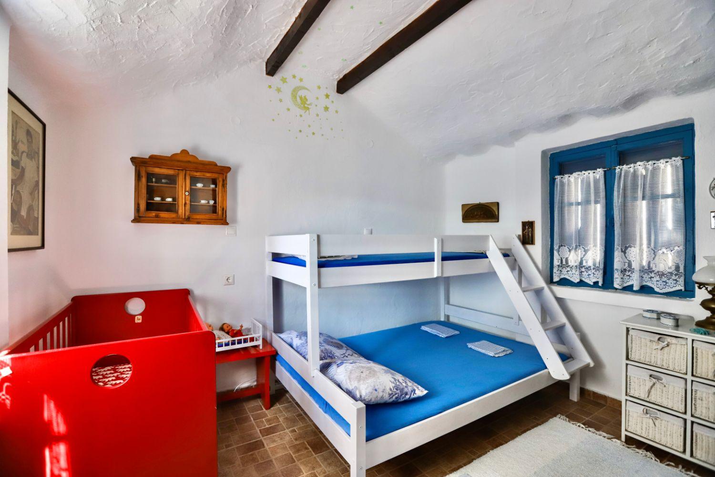 Υπνοδωμάτιο 2 με 1 διπλό κρεβάτι και 1 υπερυψωμένο κρεβάτι