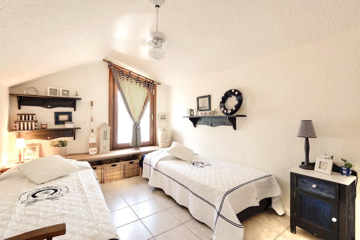 Υπνοδωμάτιο 2 με 2 μονά futon