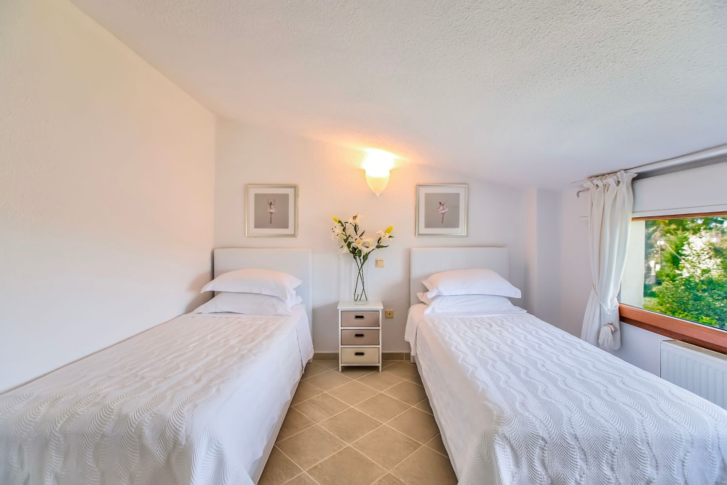 Bedroom 5 with 2 single beds