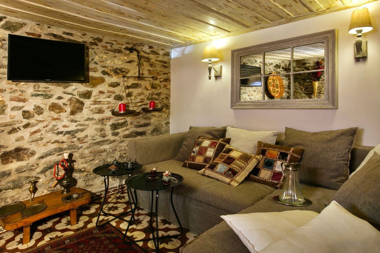 Ottoman Grande: Living Room with NETFLIX TV