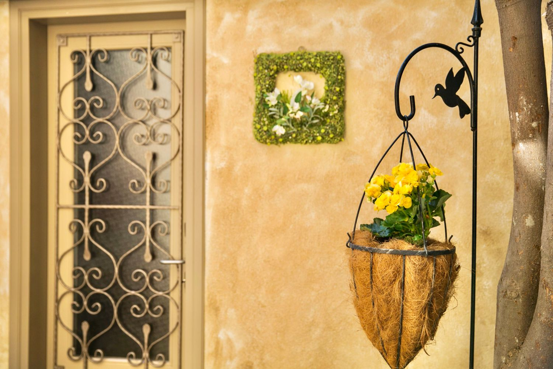 Ottoman Petite: Decorative details