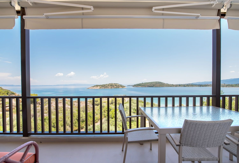Καθιστικό στο μπαλκόνι και θέα