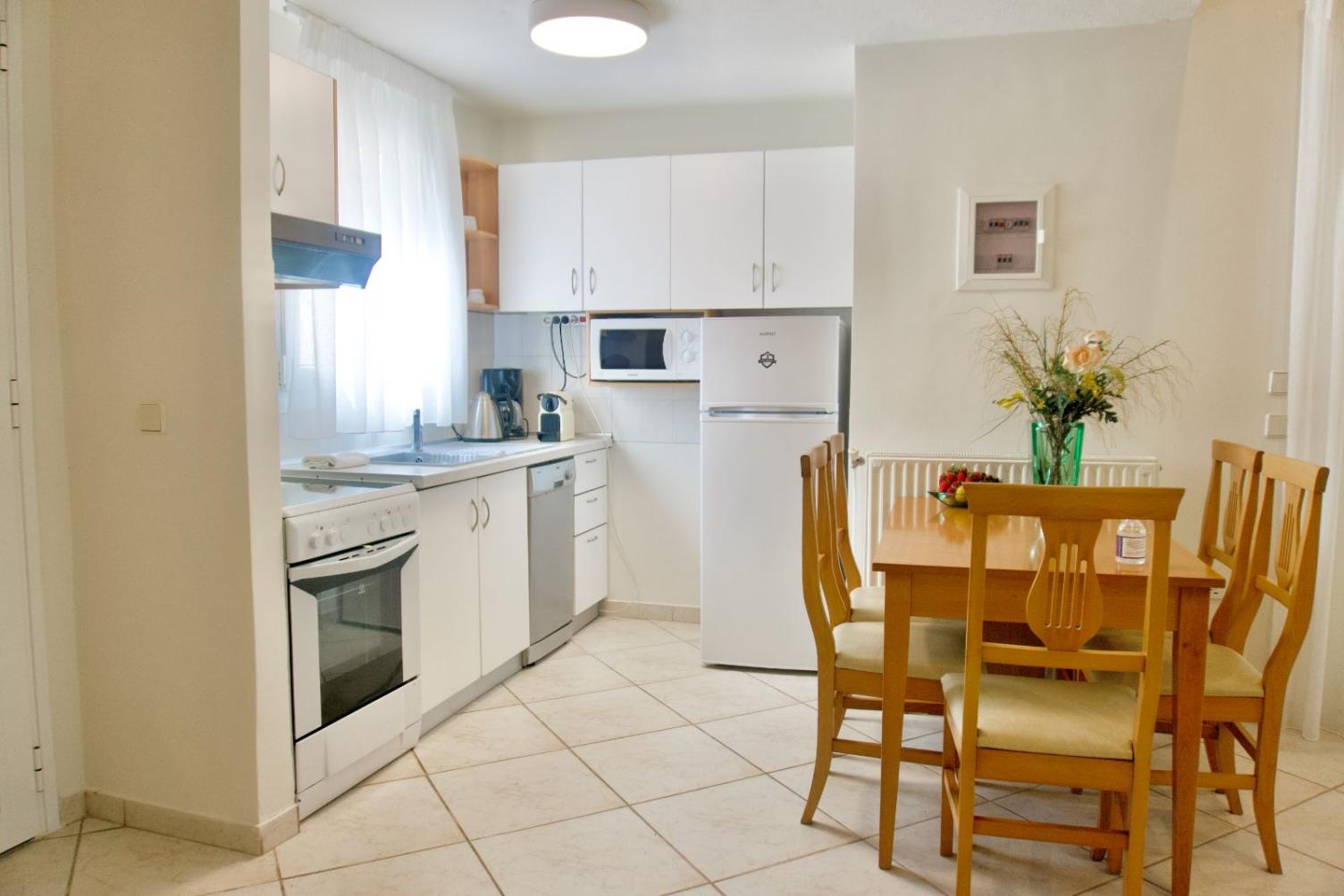 Πλήρως εξοπλισμένη κουζίνα και τραπεζαρία