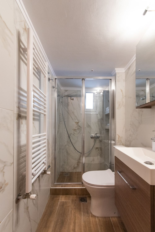 Μπάνιο με ντους και τουαλέτα